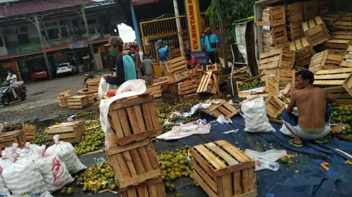 Truk Muatan Buah Tabrak Sesama Truk di Lamongan, Puluhan Kuintal Jeruk Tumpah ke Jalan