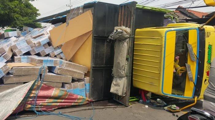 Truk Muat Kardus 8 Ton Terbalik di Karang Pilang Surabaya, Saksi Sebut Sudah Miring saat Jalan