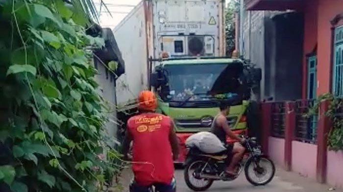 Truk Kontainer Pabrik Ikan Melintas di Gang Sempit Pemukiman, Bikin Rusak Rumah Warga di Tuban