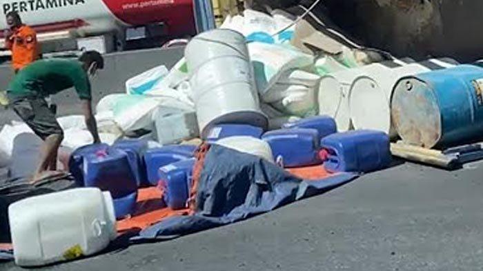 Truk Bak Terbuka Muat Cairan Kimia Terguling di Kawasan Tol Satelit Arah Perak Surabaya