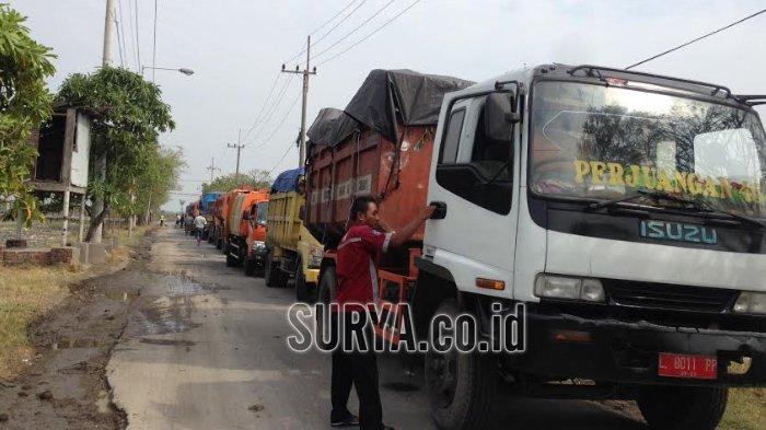 Ibu-ibu Tutup Akses Jalan ke TPA Benowo Surabaya, Puluhan Truk Sampah Tertahan Selama 2 Jam
