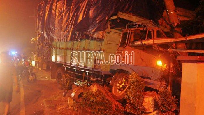 Truk Bermuatan Alat Masak Seruduk Tiga Rumah di Sooko Mojokerto, Nasib Pengemudinya
