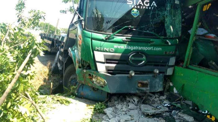 Diduga Ngantuk, Truk Muat Besi dari Jakarta Hantam Warung di Duduksampeyan Gresik