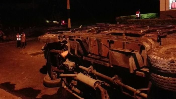 Truk Tronton Terguling di Rute Menuju Pelabuhan Banyuwangi Ketapang, Kondisi Sopirnya. . .