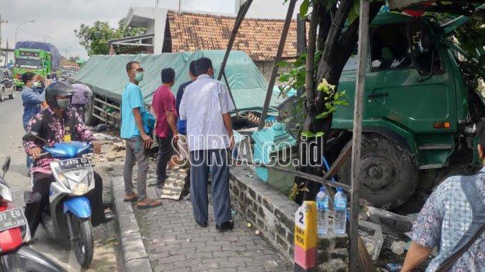 Trailer Hantam Rumah di Kecamatan Jenu Kabupaten Tuban, Sopir Diduga Mengantuk
