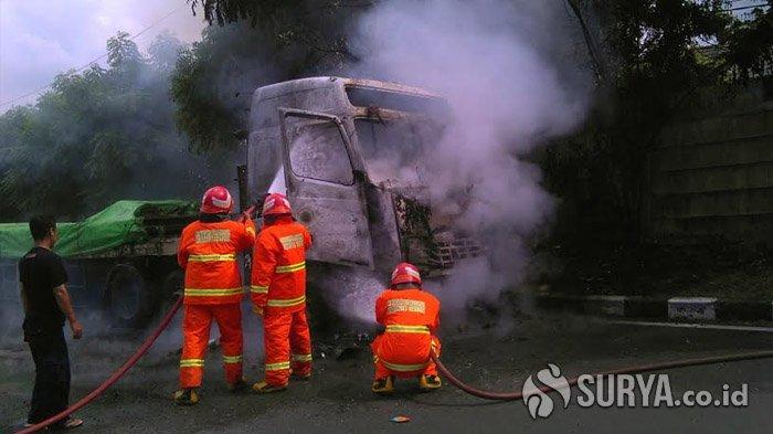 Korsleting di Bagian Mesin, Truk Trailer Bermuatan Besi Terbakar di Tol Kebomas Gresik
