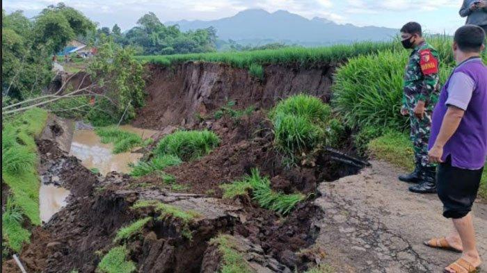 Hujan Deras 2 Hari akibatkan Longsor di Tulungagung, Jalan Alternatif Desa Krosok Kec Sendang Putus