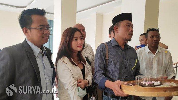 Penjual Kopi Ini Serahkan Tumpeng ke PN Surabaya, Wujud Syukur MA Batalkan Kenaikan Iuran BPJS