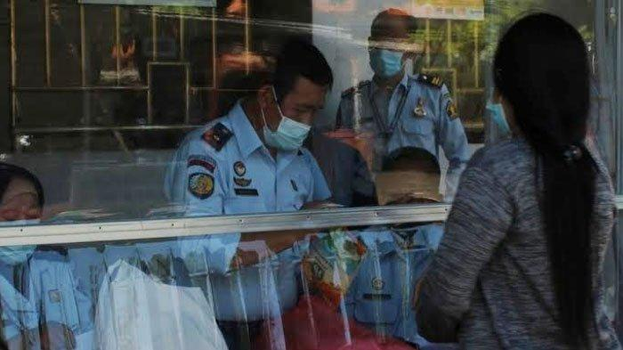 Semangat Petugas Rutan Medaeng Periksa Barang Titipan di Bulan Ramadan 2021