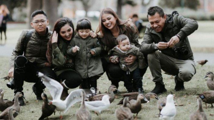 Ashanty unggah foto keluarga di Insta Story - Anang Hermansyah bawa gabar gembira keluarga yang terinfeksi Covid-19 mulai membaik.