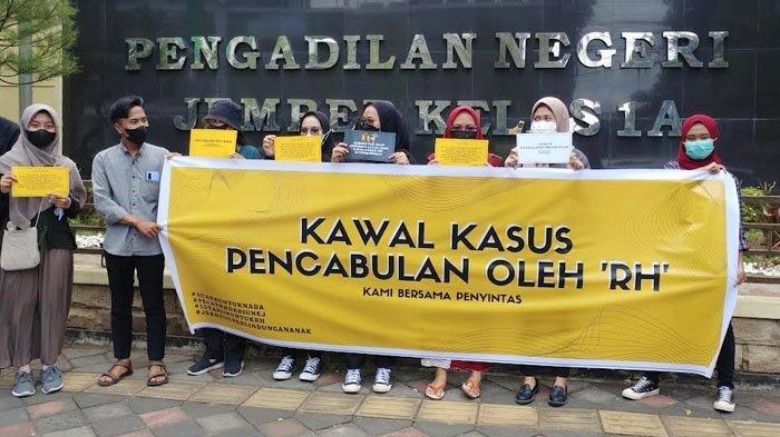 Sidang Kasus Dugaan Kekerasan Seksual Dosen, Aktivis Gelar Unjur Rasa di PN Jember