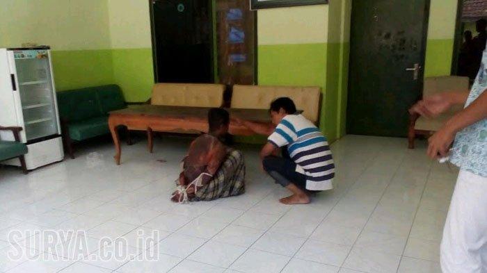 Pelaku penyerangan di Ponpes Karangasem saat diamankan, Minggu (18/2/2018).