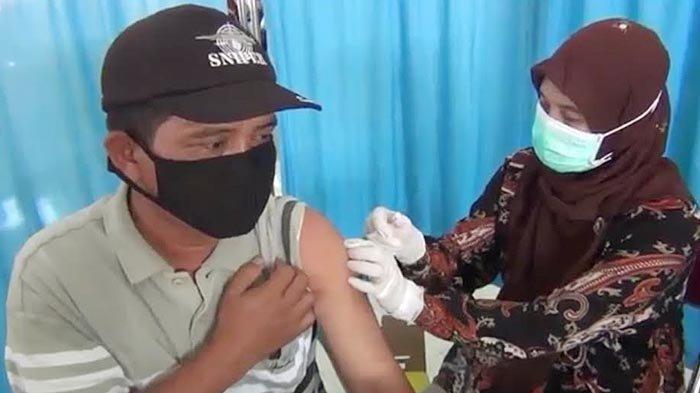 Pasokan Minim, Warga di Lumajang Berdesak-desakan Rebutan Vaksin Covid-19