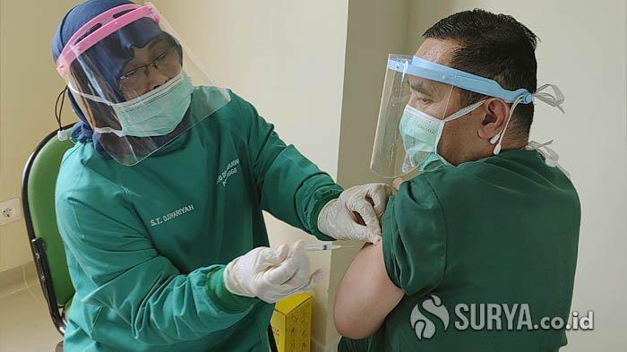 Seorang Dokter di RSUD dr Harjono Ponorogo sedang disuntik vaksin Covid-19, Senin (1/2/2021).