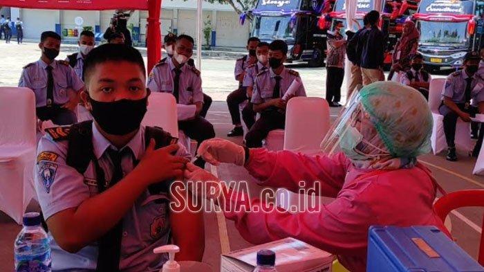 Presiden Jokowi Tinjau Vaksinasi Covid-19 di SMK PGRI 2 Kabupaten Ponorogo