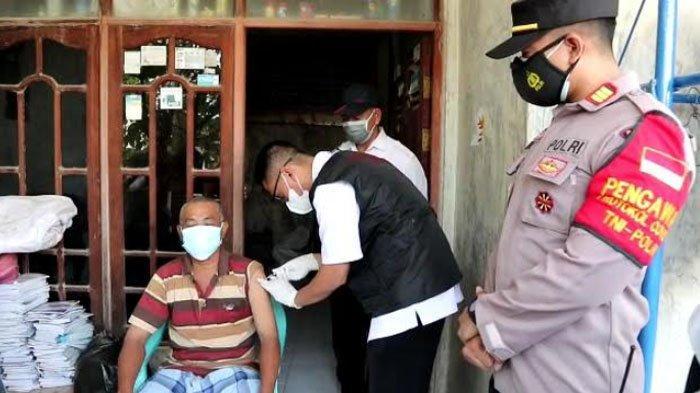 Vaksinasi Covid-19 Door to Door, Datangi Lansia di Kecamatan Manyar Kabupaten Gresik