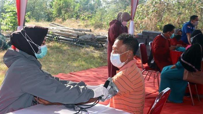 Ratusan Warga di Pesisir Gresik Jalani Vaksinasi Covid-19 di Dermaga Kroman