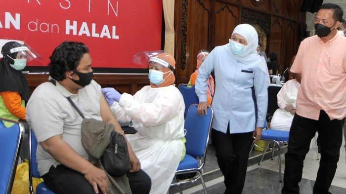 Dosis Kedua Vaksin Covid-19, Gubernur Khofifah Tinjau Langsung Vaksinasi Wartawan di Jatim