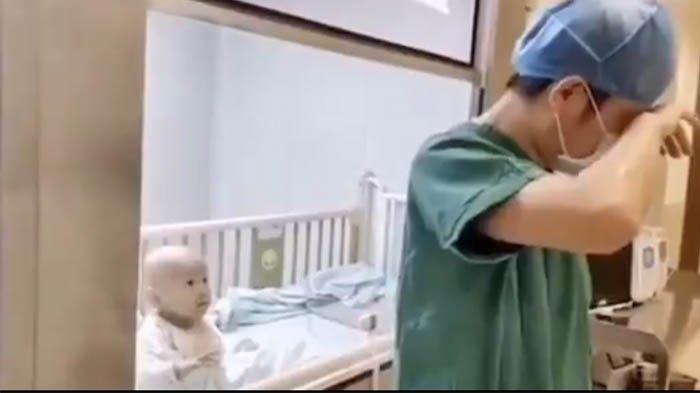 Video Bayi 9 Bulan Terjangkit Virus Corona & Diisolasi, Ayah Menangis saat Lihat Bayinya Minta Peluk