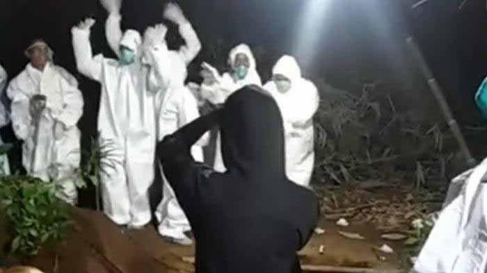 Fakta Relawan Covid-19 Joget di Makam, Ketawa dan Menari Bersama, Warganet: Happy Banget, Cair Ya