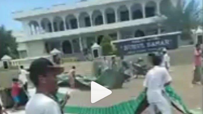 VIDEO VIRAL Warga Ramai-ramai Bakar Pemberian Caleg untuk Masjid, Dipicu Hal Tak Etis Berikut!