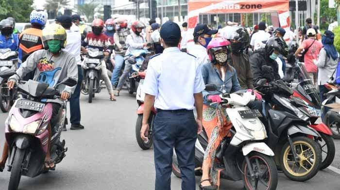 Viral Bundaran Waru Macet, Gugas COVID-19 Salahkan Warga Anggap PSBB Surabaya Seperti Hari Biasa