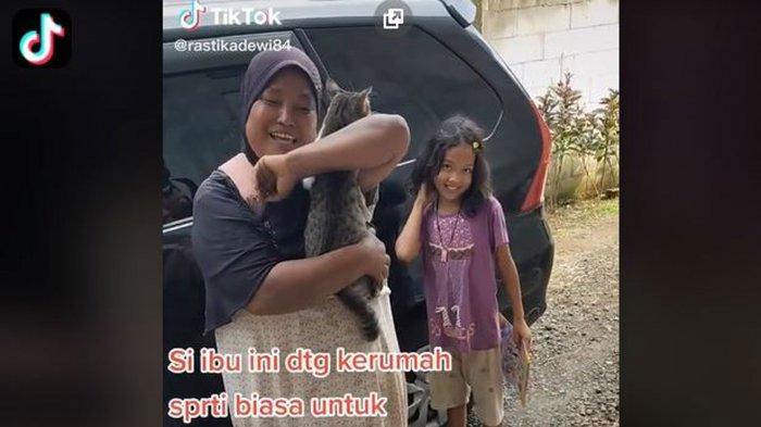VIRAL di TikTok Momen Haru Kucing dan Emak-emak Pemulung, Perekam Nangis & Ungkap Cerita Sebenarnya