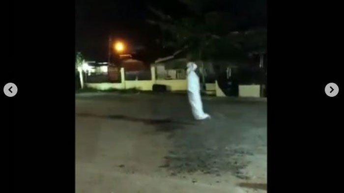 viral-video-pocong-abal-abal-dihukum-keliling-lapang-sambil-lompat.jpg