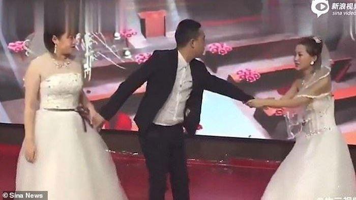 VIRAL VIDEO Wanita ke Nikahan Mantan Pakai Baju Pengantin & Minta Balikan, Terjadi Tarik-menarik