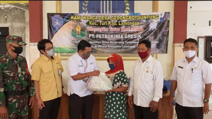Peduli Bencana, Petrokimia Gresik Salurkan 1.000 Paket Sambako kepada Korban Banjir di Lamongan