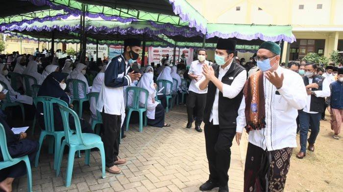 Tinjau Vaksinasi di STAI Hasan Jufri, Wagub Emil: Bukti Kehadiran Pemprov Jatim di Pulau Bawean