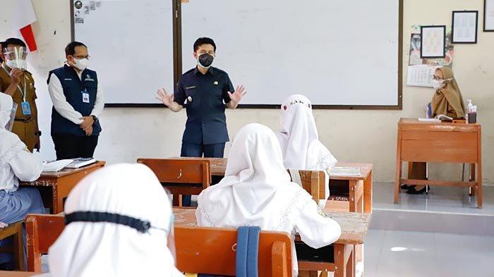 Hari Pertama Pelaksanaan PTM, Wagub Emil Pastikan Pembelajaran Hybrid di Lamongan Lancar