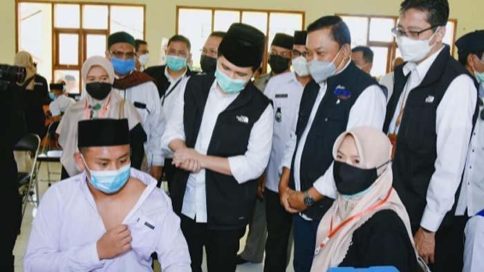 Wagub Emil Dardak Tinjau Vaksinasi di STAI Hasan Jufri Pulau Bawean Gresik