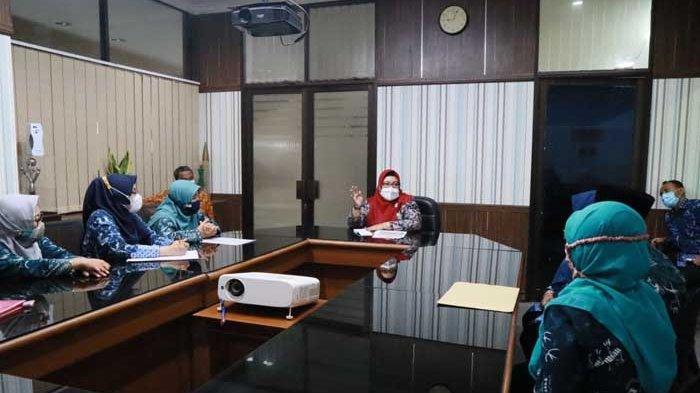 Guru Bahasa Inggris Tingkat Sekolah Dasar Mengadu ke Wakil Bupati Gresik Aminatun Habibah