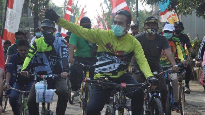 Cegah Penyebaran Covid-19, Wakil Bupati Gresik Gowes Sambil Bagikan Masker