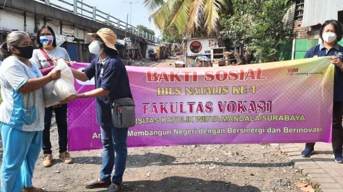 Dies Natalis Ke-1, Fakultas Vokasi UWKMS Bagi Paket Sembako untuk Lansia