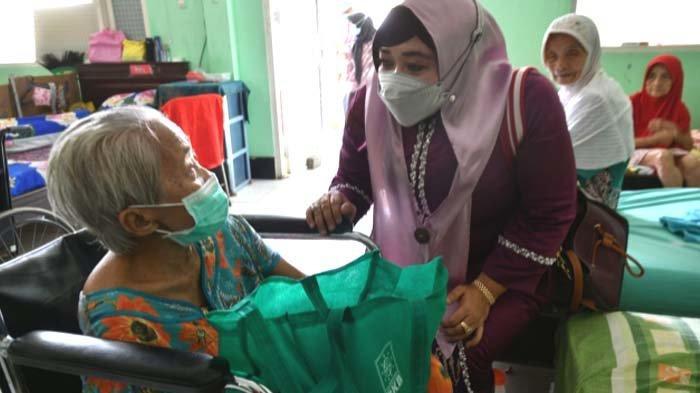 DPRD Dukung Penguatan Perempuan Tangguh di Griya Werdha,Laila Mufidah Rela Dorong Kursi Roda Lansia