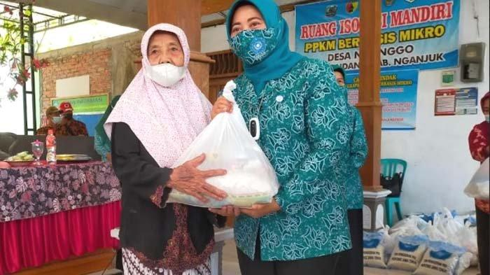 PKK Kabupaten Nganjuk Bagikan Sembako kepada Lansia, Wujud Peduli terhadap Warga Terdampak Pandemi