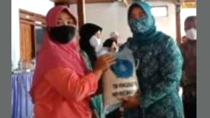 Peduli Beban Warga Masa Pandemi Covid-19, TP PKK Kabupaten Nganjuk Bagikan Paket Sembako