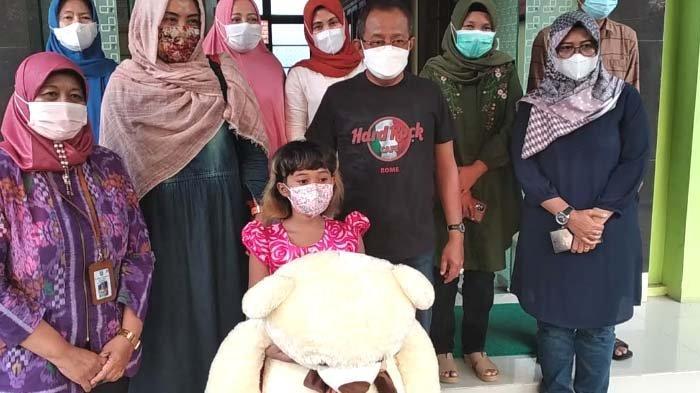 Kunjungi Anak Korban Penganiayaan, Wawali Surabaya Armuji Bawakan Boneka dan Sekotak Donat