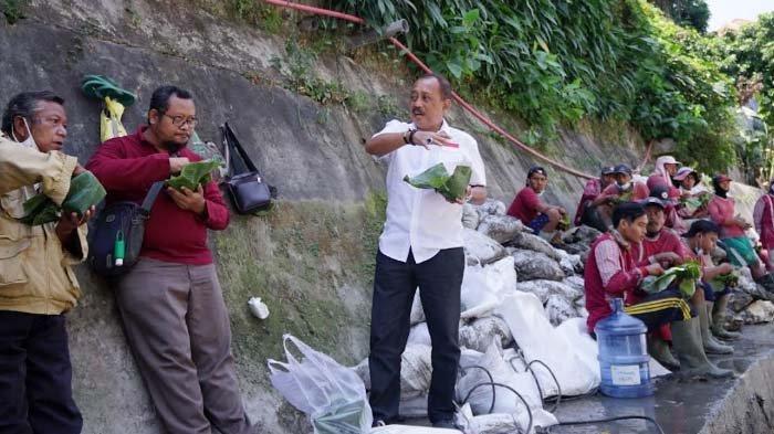 Wawali Surabaya Cak Ji Santap Nasi Bungkus bareng Petugas Pengeruk Saluran