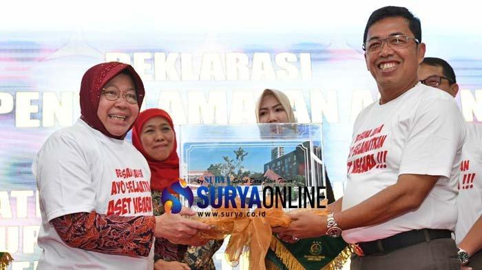 Galeri Foto Risma Menangis Haru Didepan Gubernur Khofifah saat Dapat Pengembalian Aset YKP 5 Triliun