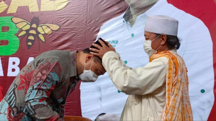 Eri Cahyadi Dapat Hadiah Kopiah dari Ketua DPC PKB Kota Surabaya Musyaffak Rouf, Ini Maknanya