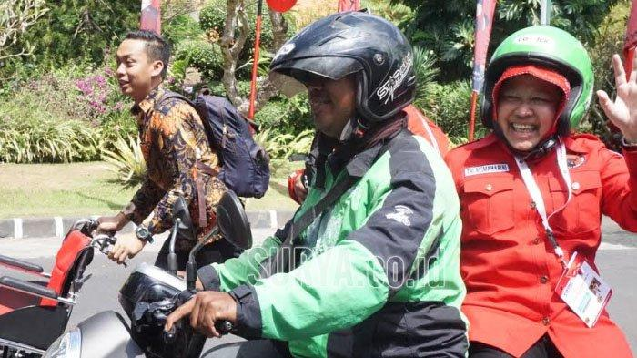 Jalanan Macet, Wali Kota Risma Naik Ojek ke Arena Kongres PDI Perjuangan di Sanur Bali