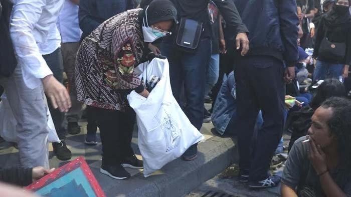 Alasan Walikota Risma Tiba - tiba Punguti Sampah di Tengah Kerumunan Massa Demo di Depan Grahadi
