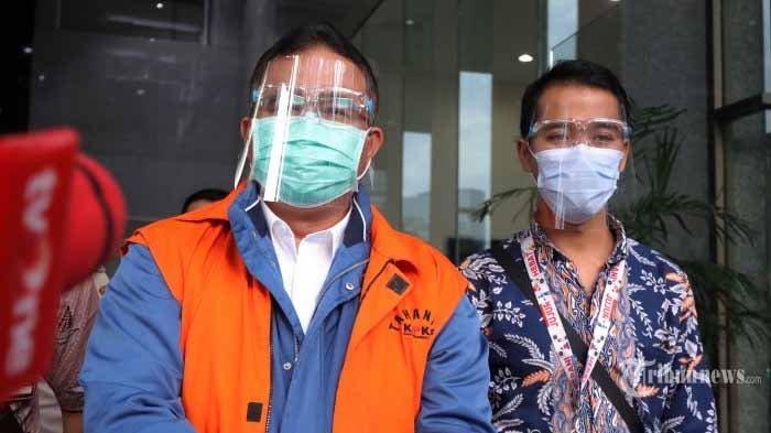 Wali Kota Tasikmalaya Budi Budiman mengenakan rompi oranye usai menjalani pemeriksaan di gedung KPK, Jakarta, Jumat (23/10/2020). KPK resmi menahan Budi Budiman sebagai tersangka kasus dugaan suap terkait dengan pengurusan Dana Alokasi.