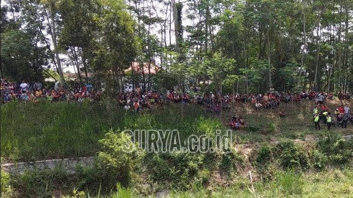 Warga Berkumpul di Lokasi Penemuan Mayat Dalam Koper di Blitar Saksikan Proses Rekonstruksi