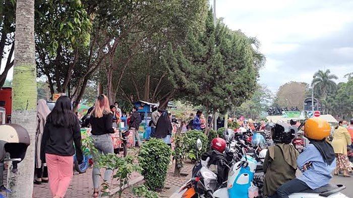Pengunjung dan Pedagang Takjil di Alun-alun RBA Ki Ronggo Bondowoso Wajib Terapkan Prokes
