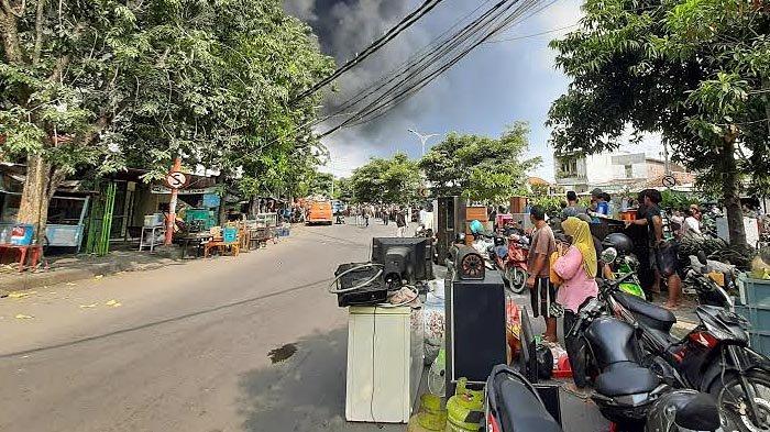 Kebakaran di Karang Poh Surabaya, Warga Mengemasi Barang Berharga, Takut Api Merembet ke Pemukiman