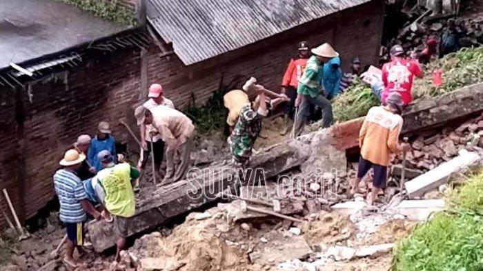 Hujan Deras Sepanjang Siang, Dinding Rumah  Warga Samar Tulungagung Jebol Diterjang Longsor